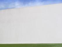 Mur en béton avec le ciel et la pelouse Photographie stock