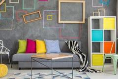 Mur en béton avec les cadres colorés Photo stock