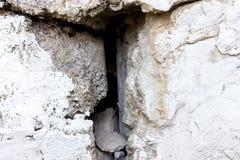 Mur en béton criqué avec la surface grise de ciment comme fond photos stock