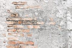 Mur en béton criqué couvert de surface grise de ciment comme backgr photographie stock