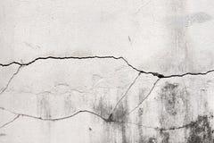 Mur en béton criqué couvert de surface grise de ciment comme backgr images libres de droits