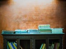 Mur en béton d'étagères à livres et de vintage Photographie stock libre de droits