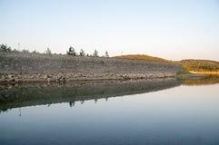Mur en béton de barrage sur l'eau Photographie stock libre de droits