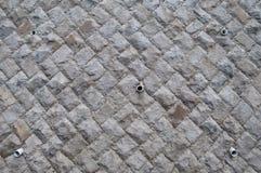 Mur en béton de protection d'éboulement avec le drain de l'eau photo libre de droits