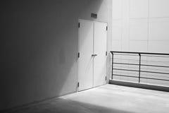 Mur en béton et porte avec la lumière du coin Photographie stock libre de droits