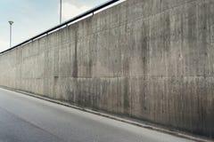 Mur en béton et route goudronnée photos stock