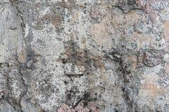Mur en béton fendu couvert de texture grise de ciment comme fond images stock
