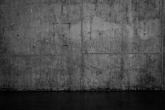 Mur en béton foncé sale et plancher humide images libres de droits