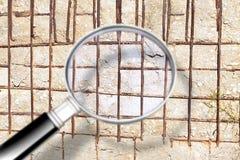 Mur en béton renforcé fendu - image de concept vue par une loupe illustration de vecteur