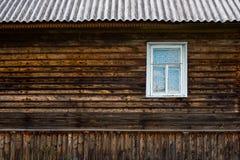 Mur en bois avec la fenêtre image libre de droits