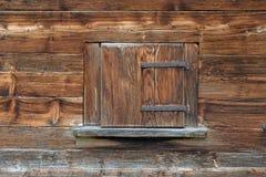 Mur en bois avec la fenêtre fermée Photos stock