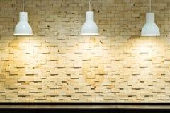 mur en bois avec la lampe de lumières d'ampoule photo stock