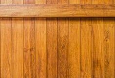 Mur en bois avec le faisceau construit des planches en bois de bois de charpente de teck Images libres de droits