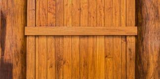 Mur en bois avec le faisceau et colonnes construites du bois de teck Photographie stock