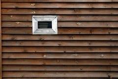 Mur en bois avec un fond de fenêtre photos stock