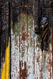 Mur en bois carbonisé de maison après le feu Images stock