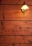 Mur en bois cru avec la rétro lampe. Couleurs chaudes. Photos libres de droits