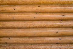 Mur en bois d'une cabane en rondins Carlingue de rondin ou fond horizontal texturisé débarqué non peint de mur de grange avec l'e Image stock
