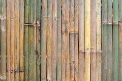 Mur en bois de barrière en bambou images stock