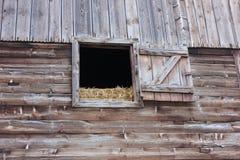 Mur en bois de grange avec la fenêtre ouverte photographie stock libre de droits