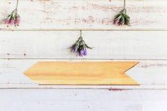 Mur en bois de vintage blanc avec le signe de flèche Photo libre de droits