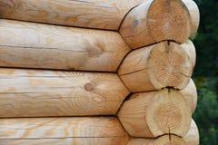 Mur en bois du nouveau bâtiment fait de grands rondins, fond naturel Image libre de droits