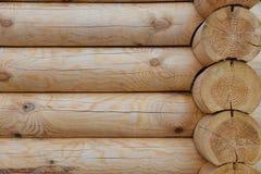 Mur en bois du nouveau bâtiment fait de grands rondins, fond naturel Photo stock