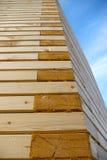 Mur en bois faisant le coin architectural. Images libres de droits