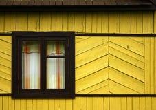 Mur en bois jaune avec la fenêtre Images libres de droits