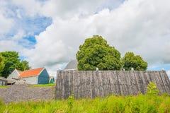 Mur en bois protégeant une île contre une ancienne mer images stock