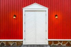 Mur en bois rouge et portes blanches avec deux lampes Photo libre de droits