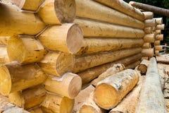 Mur en construction de maison en bois de pays Image stock