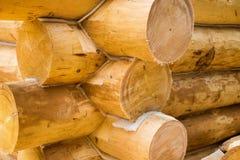 Mur en construction de maison en bois de pays Image libre de droits