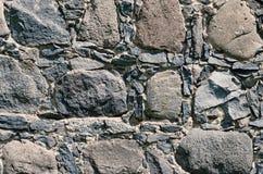 Mur en pierre antique allumé par la lumière d'été photo stock