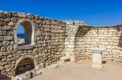 Mur en pierre antique avec une fenêtre et une vue de la mer Photo libre de droits