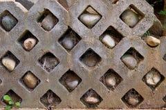 Mur en pierre avec des roches dans les trous et les toiles d'araignée - jardin image libre de droits