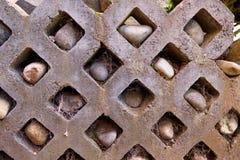 Mur en pierre avec des roches dans les trous et les toiles d'araignée - jardin photographie stock libre de droits