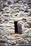 Mur en pierre avec l'hublot Images libres de droits