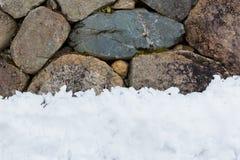 Mur en pierre avec la pile de neige photographie stock
