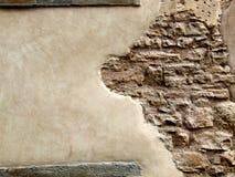 Mur en pierre avec le plâtre d'écaillement Photo libre de droits