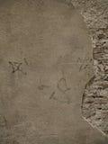 Mur en pierre avec le plâtre et la brique Image libre de droits