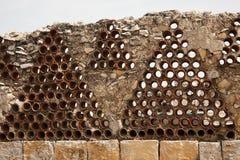 Mur en pierre avec les pièces en céramique rondes Photos stock