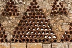 Mur en pierre avec les pièces en céramique rondes en gros plan Images libres de droits