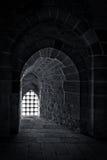 Mur en pierre avec une fenêtre rétro-éclairée avec la grille de fer à une vieille citadelle à l'Alexandrie, Egypte Photographie stock
