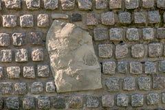 Mur en pierre décoré des pierres de granit avec une grande pierre au centre photos libres de droits