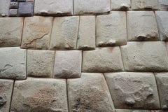 Mur en pierre d'Inca antique dans la ville de Cusco, Pérou images libres de droits