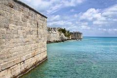 Mur en pierre d'un fort par la mer en Bermudes Photos libres de droits