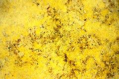 Mur en pierre de façade jaune d'or de couleur avec des imperfections, des trous et des fissures comme texture abstraite rustique  images libres de droits