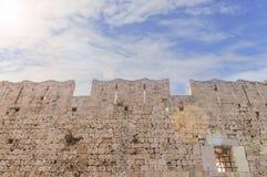 Mur en pierre de grand vieux château médiéval de tour avec le soleil et le ciel Image stock