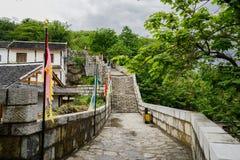Mur en pierre de Hillside avec des remparts dans l'après-midi nuageux de ressort images libres de droits
